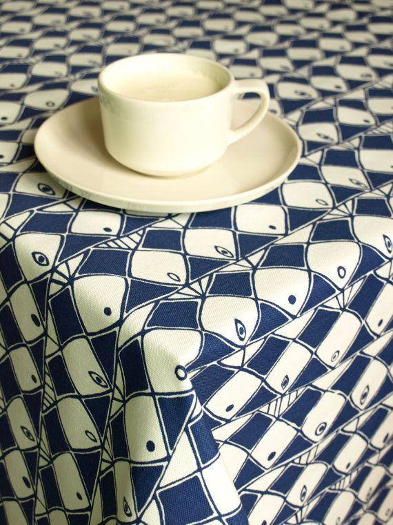 ☆ ☆ ☆ Tafelkleed wit navy blue abstract vissen ☆ ☆ ☆  Afmetingen: Kies uw maat :) GROTER en aangepaste maten zijn beschikbaar - please convo me Gelieve te aarzelen niet om me te contacteren als u wil graag een andere maat van dit tafelkleed mooi patroon - ik ben blij uw droom te realiseren! :) Gelieve mij te contacteren alvorens u plaats een aangepaste volgorde, ik maak een aanbieding voor u! :)  Zorg: Koude wassen met soortgelijke gekleurde kleding, leken te droog en warm ijzer uit andere…