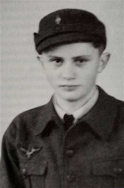 Ayer, el militante Ratzinger Juventudes Hitlerianas ; hoy, el devoto Papa Benedicto XVI...By Adolfo Vásquez Rocca