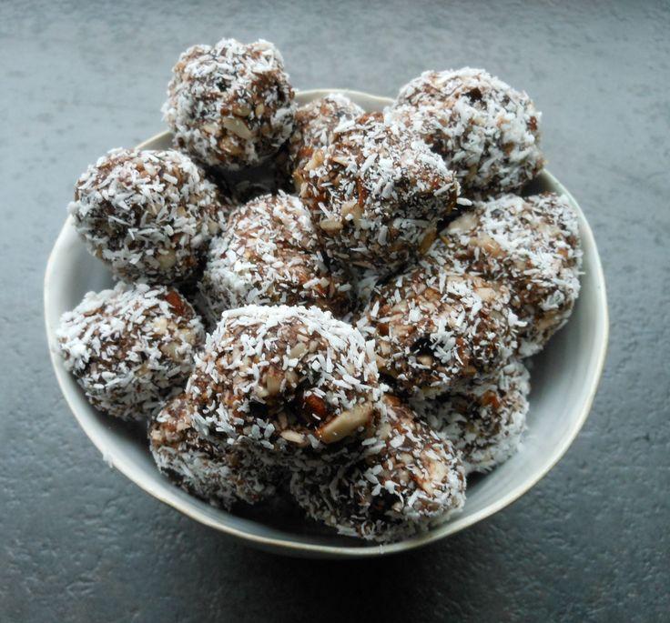 Préparations : 15 min Pour environ :25 boules Ingrédients : 100g d'amandes entières 50g de noix de coco en poudre + un peu pour la finition 10g de cacao en poudre 10 dattes séchées dénoyauté…