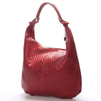 #italy #amadea Červená elegantní kožená kabelka ItalY. Měkká kůže ve tvaru vaku se lehce přizpůsobí vašemu nošení. Kabelka pojme všechny každodenní potřebné věci a zbude místo i na malý nákup. Hodí se ke všem typům oblečení. Zapíná se zipem přes celou délku, uvnitř je jedna postranní kapsička na zip.