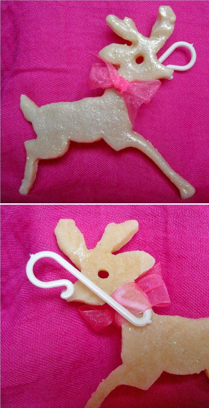 Decorazione a forma di cervo: base in pasta di sale verniciata con smalto per unghie glitterato e decorata da un nastrino a forma di fiocco