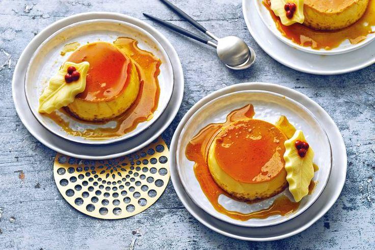 De karamelsaus loopt over de crème caramel als je ze serveert. Mmm...
