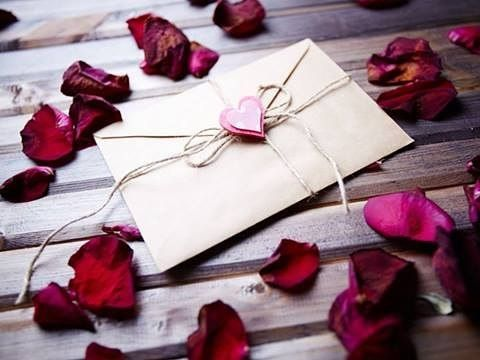 Mi auguro che il mondo virtuale non privi del tutto l'umanità del profumo delle lettere scritte a mano, di quella emozione indimenticabile provata nello scriverle e nel riceverle.
