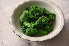 いちばん丁寧な和食レシピサイト、白ごはん.comの『菜の花のおひたし/からし和えの作り方』を紹介するレシピページです。菜の花のおひたしは、だし汁を用意しなくても、ゆで汁を使えばとても美味しいおひたしに仕上がります。好みで辛子を溶いて、仕上げてみてください!