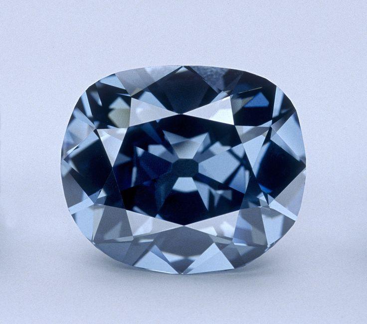 A Hope-gyémánt (Fotó: Chip Clark, http://public.media.smithsonianmag.com//filer/ef/3d/ef3d827b-9022-4f82-9caf-271de61ba70a/hope_diamond.jpg)