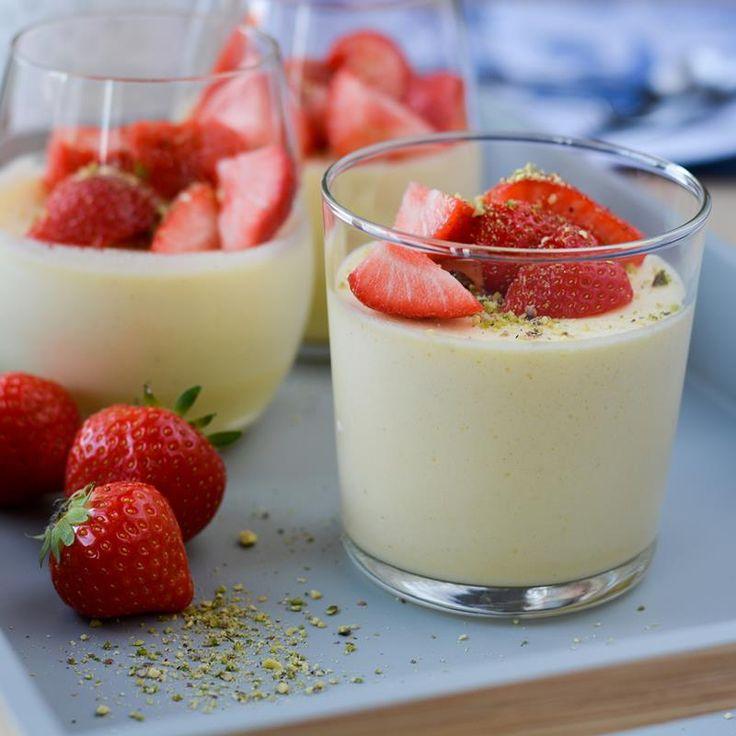 Fromasj er en enkel dessert som du kun trenger fire ingredienser for å lage, og kan smaksettes slik du vil. Prøv fromasj med vaniljesmak og jordbær!