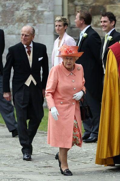 En attendant le mariage du prince Harry, le prince Charles a joué le père de la mariée avec Alexandra Knatchbull, sous les yeux de la reine Elizabeth II.