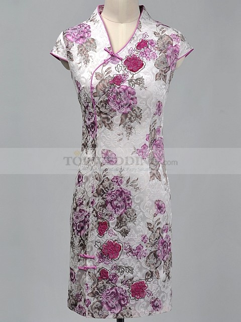 For a well-dresses lady, this short cheongsam would be a great choice for wining a distinctive image