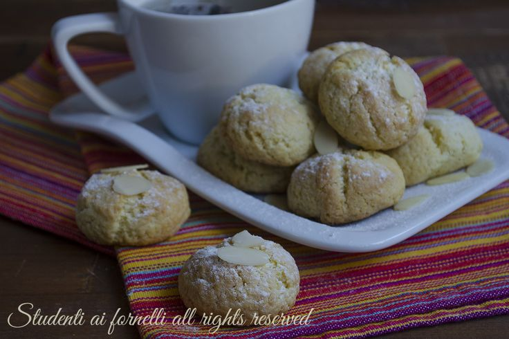Biscotti morbidi alle mandorle facili e veloci, pasticcini morbidi alle mandorle golosi per il tè.