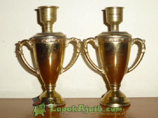 Sepasang Tempat Lilin Kuningan Eropa Model Trophy