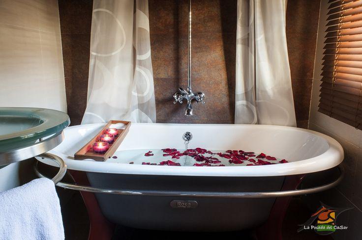 Bañera de hierro fundido de la habitación doble especial número 3, decorada con velas y pétalos de rosa. Perfecta, para un baño muy romántico.
