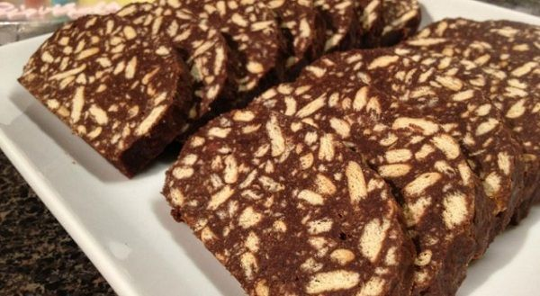 Ο κορμός σοκολάτας είναι από τα πιο ωραία γλυκά. Εμείς σας προτείνουμε να τον φτιάξετε χρησιμοποιώντας μόνο 6 υλικά!