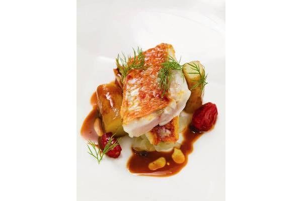 Escamar, destripar y filetear los salmonetes. Reservar los hígados y las espinas. Pelar las patatas y los tomates cherry.