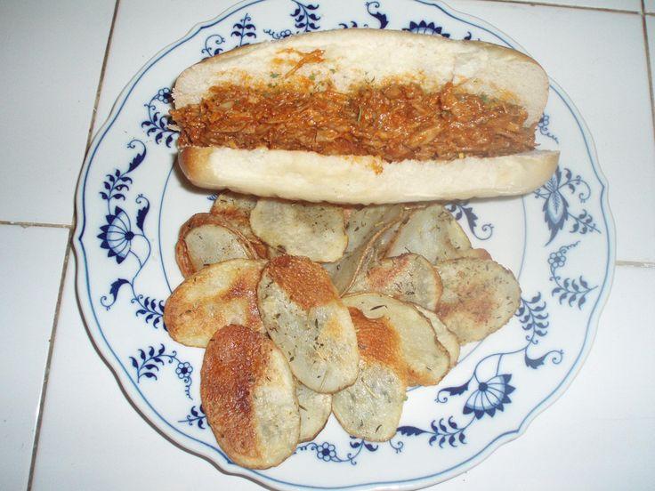 1 kg de lombo de porco desossado  - 2 colheres de sopa de azeite  - 1 cebola picada  - 2 dentes de alho picados  - Molho:  - 1 xícara de catchup  - 2 colheres de sopa de açúcar mascavo  - 2 colheres de sopa de molho ingles  - 2 colheres de sopa de vinagre de maçã  - ½ colheres de sopa de mostarda dijon  - ¼ colher de chá de chili em po  - 1 colher de sopa de sal  - ½ colher de sopa pimenta preta  - ½ xícara de água  -