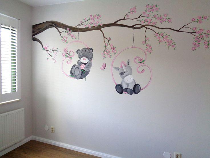 Babykamer muurschildering van een tak met beertje, eenhoorn, vogel en vlinder