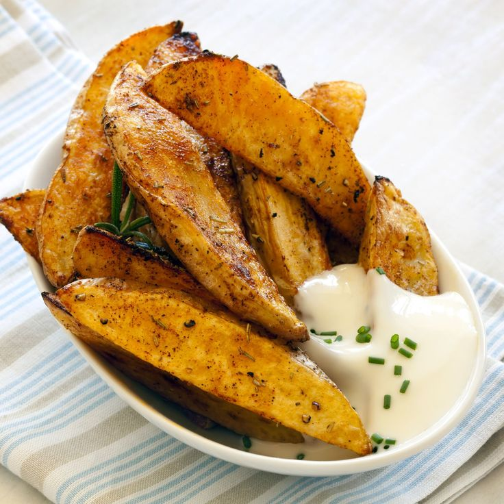Talán nincs még egy olyan zöldség, amelyet olyan sokat használnánk, mint a burgonyát. Köret, főzelék, tészta, egytálétel, leves, saláta, desszert, pogácsa, kenyér… gyakorlatilag bármilyen étekhez felhasználható az ízletes zöldség. A krumplis fogások elkészítése általában rendkívül egyszerű, de semmi sem veri kenterbe a legízletesebb sült burgonyát, amely belül krémes, kívül pedig ropogós. Ha még egy kis mártogatóst is kapunk hozzá, akkor pedig egyszerűen mennyei.