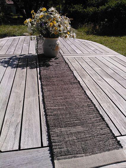 A runner by Pisa Design on a garden table, Pisa Designin kaitaliina sopii myös puutarhapöydälle.
