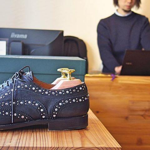 2016/11/03 13:53:56 studio.cbr スワロフスキー&スタッズのチャーチ/バーウッド3W、レディースのモデルですね~。普通のスタッズモデルの大きいスタッズがクリスタル仕様になっており、この靴に関してはレザーもガラス張りのテカりのあるレザーでなくナチュラルな皺感がある感じ(おそらく山羊革)、ソールもラバーでなくシングルのレザーソール。定番をフルにアレンジされたような感じ。(^^♪ #churchs #チャーチ #studiocbr #永福町  #jmweston #alden #crockettandjones #trickers #paraboot #johnlobb #edwardgreen  #オールデン #クロケットアンドジョーンズ #jmウエストン #トリッカーズ #パラブーツ #ジョンロブ #エドワードグリーン  #神泉 #駒場東大前 #池ノ上 #下北沢 #新代田 #東松原 #明大前 #浜田山 #高井戸 #久我山 #三鷹台 #高円寺