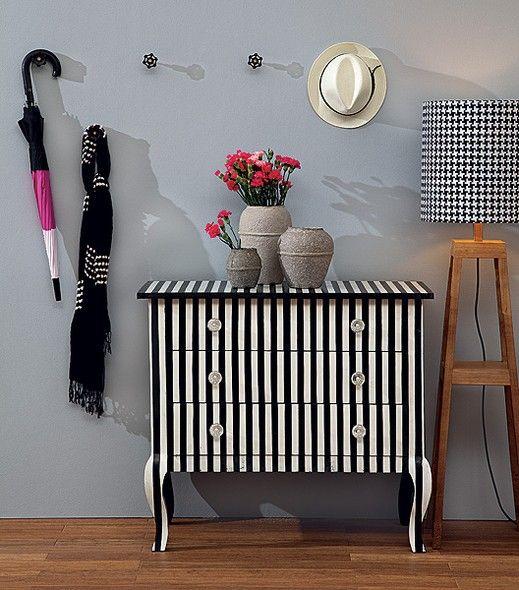 Os móveis também podem ganhar charmosas listras. Esta cômoda, por exemplo, foi totalmente customizada com faixas pretas e brancas
