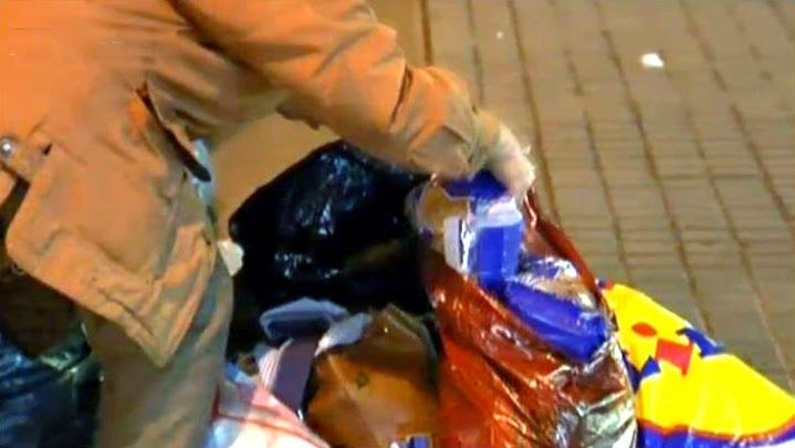 Multas en Sevilla por buscar alimentos en la basura