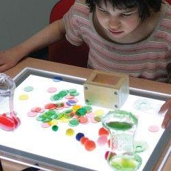 Una mesa luminosa es una superficie de gran formato, luminosa que puede ser utilizada para actividades sensoriales y educativas