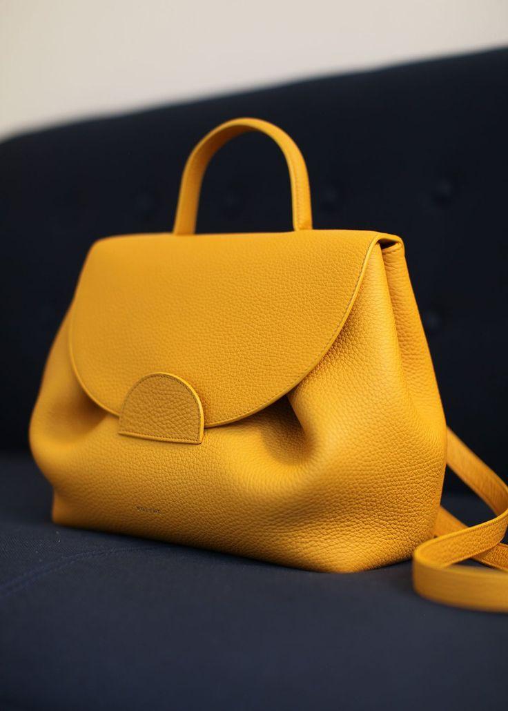 Disponible dès maintenant. Indéniablement féminin de par la volupté de ses courbes, le « Numéro Un » est notre sac...