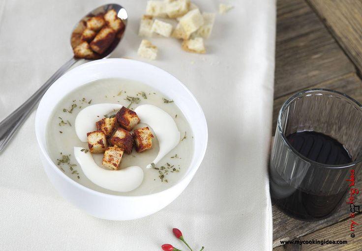 La vellutata di topinambur è un primo piatto semplicissimo che si gusta piacevolmente nelle giornate più fredde. I topinambur con il loro caratteristico sapore di carciofo si prestano bene ad essere cucinati in tanti modi: deliziosi trifolati in padella con poco aglio e prezzemolo; oppure sono ottimi da gustare crudi in insalata tagliati a fettine