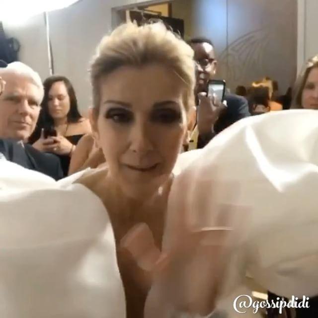 Backstage, восхищения Дрейка и немного крупного плана... смотрим на Селин Дион, которая отпраздновала вчера на церемонии 20-летие фильма «Титаник», исполнив My Heart Will Go On Канадская певица поднялась на сцену в белоснежном платье. И в украшениях на три миллиона долларов. При чем на шее певицы не было ожерелий или чокеров, на руках блистало три кольца, и в ушах виднелись серьги. Как пишет Daily Mail, дорогостоящими украшениями были бриллиантовые кольца от Harry Kotlar. Селин роскошно…