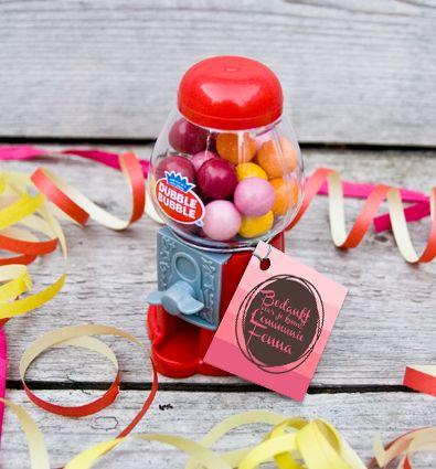 Een leuk bedankje voor jong en oud; deze Mini Gumball machines gevuld met, uiteraard, kauwgomballen. Een feestelijk bedankje om een bijzondere dag zoals een Lentefeest of Heilige Communie mee af te sluiten! Er worden bedankkaartjes in het ontwerp van jullie keuze bij de Comunnie bedankje geleverd om deze presentjes helemaal af te maken.