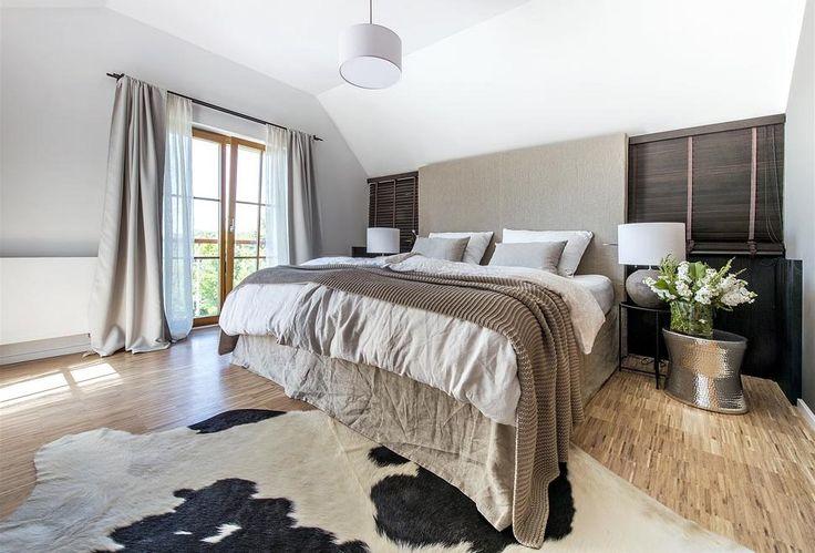 V ložnici kraluje luxusní postel značky Hästens, která byla přečalouněna, aby lépe vyhověla stylovému ladění interiéru. Dodatečně byla také opatřena vysokým čelem.