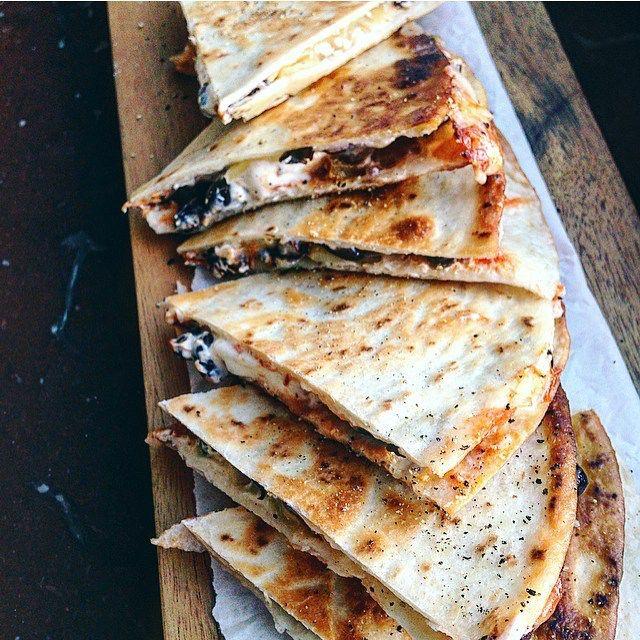 https://www.instagram.com/p/BBFXvq-IH4R/ BLACK BEAN QUESADILLAS med ost, salsa och creme fraiche! Varken hälsosamt eller lagat från grunden men tramsigt gott. Åt alltid med kyckling förut men svarta bönor är sååå mycket godare. Alla måste prova.  Bre cream cheese (typ philadelphia eller PåMackan) på 2 stora tortillabröd. Hyvla ost och lägg ovanpå cream cheesen på båda bröden. Häll på tacosås/salsa/vadniharhemmasomärgött och lägg sedan på avsköljda och avrunna kokta svarta bönor i mitten på…