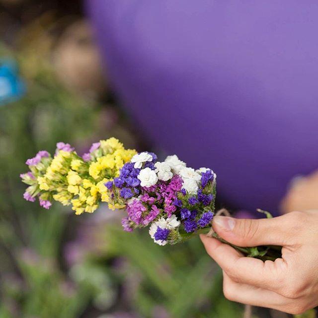 Împletind o coroniță din flori @IEsc #sezatoareaurbana #iesc #creart #flowers #flowerstagram #flori #bucharest  Photo by IEsc