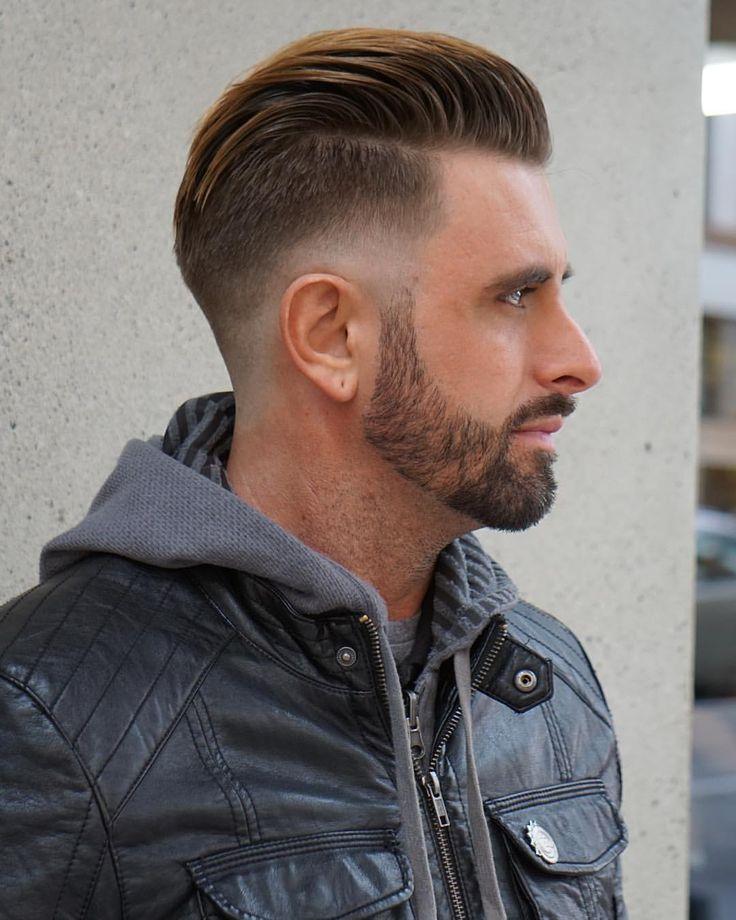 Corte de cabelo penteado para trás com degradê.