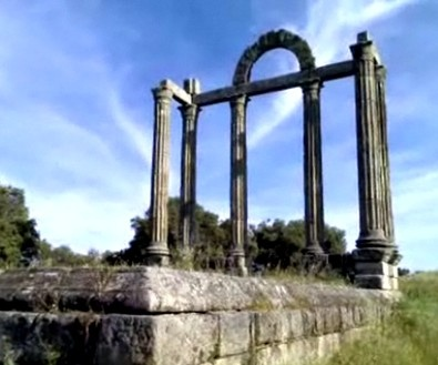 Turismo en Extremadura. Legado romano. Pórtico romano Augustobriga