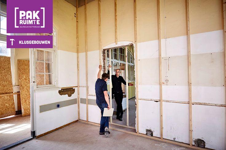 Overleg tussen aannemer en architect, vlak voordat de woningscheidende wand tussen twee woningen op de bovenste verdieping wordt dichtgemaakt.
