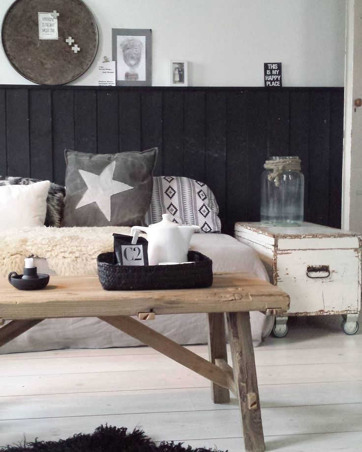 Zwart,wit met grijs en hout interieur.