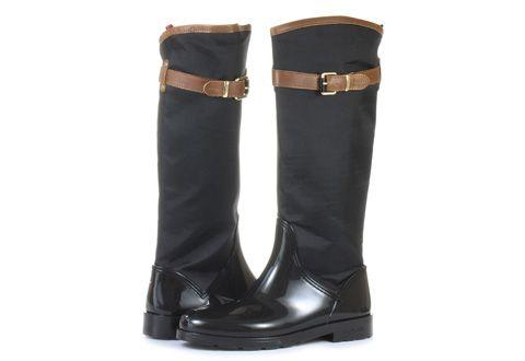 Moderné elegantné dámske čižmy značky Tommy Hilfiger čiernej farbe! Model je prešívaný, vyrobený z kože, ktorá je kombinovaná s gumou. Vďaka tejto skutočnosti doprajete svojim chodidlám sucho za každého počasia.