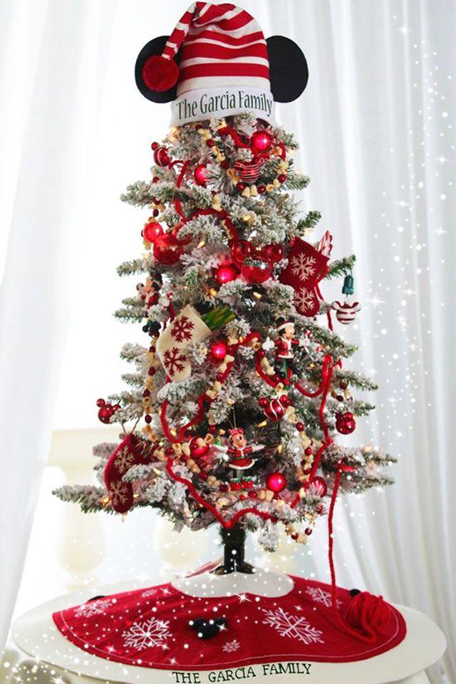Esta pequena árvore nevada conta com ornamentos do Mickey e Minnie para definir o tema Disney.
