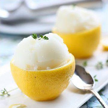 Zitronen Sorbet selber machen - und dann coolerweise in der Schale servieren!