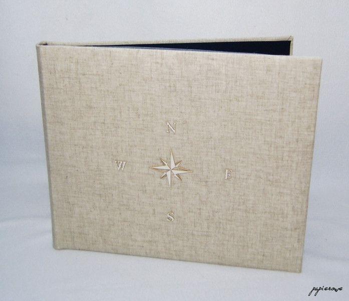 Album do wklejania zdjęć.  Album posiada 40 czarnych stron (20 kart) o wymiarach 29x24 cm. Album oprawiony naturalnym lnem ozdobiony jest delikatną, tekturową różą wiatrów.  Album ten, to...