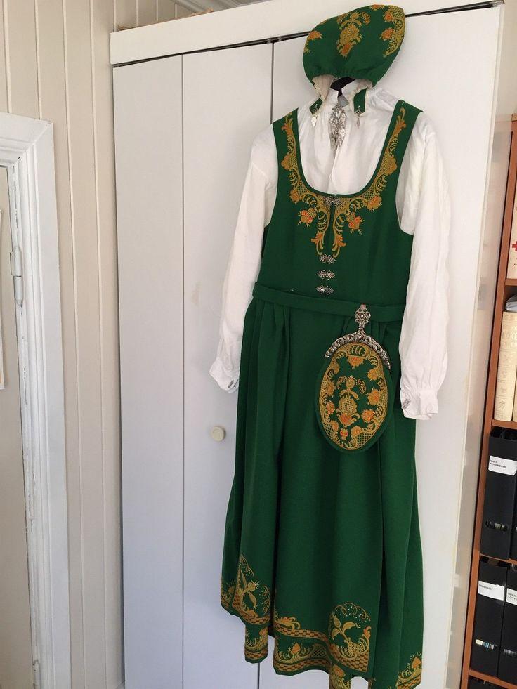 Grønn Romeriksbunad str. 40-42 m/ forkle, skjorte, veske, lue, sølv sølje, øredobber og mansjettknapper, samt sko str. 39