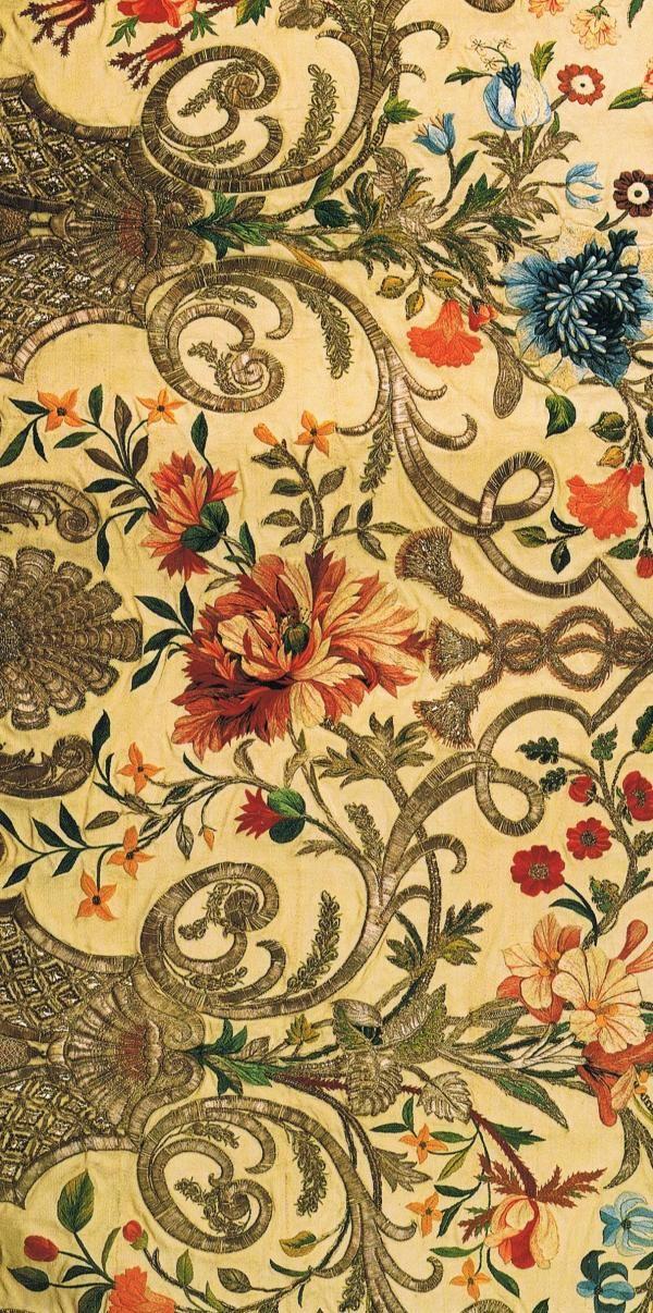 Volteado en su lado ...    Vista de Inglés c. 1740-1745 Mantua falda ...    Marfil acanalada de seda bordado con sedas de colores e hilos de plata