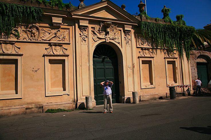 Площадь Кавальери-ди-Мальта (Piazza dei Cavalieri di Malta) принадлежит Мальтийскому ордену.
