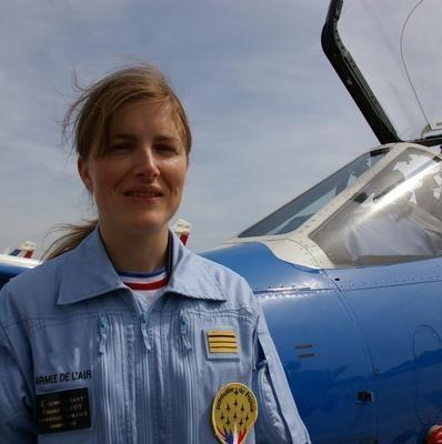 Virginie Guyot, 34 ans, est pitole de chasse de l' armée de l'air française . depuis le 11 mai 2009 , elle est la première femme à intégrer la Patrouille de France [2] ,et en assure désormais, le commandement .