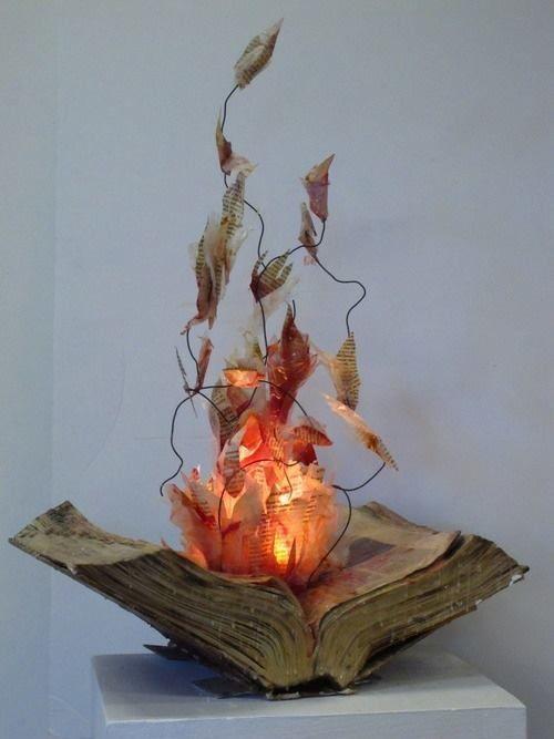 feu le livre, vieux livre transformé en oeuvre d'art                                                                                                                                                                                 Plus