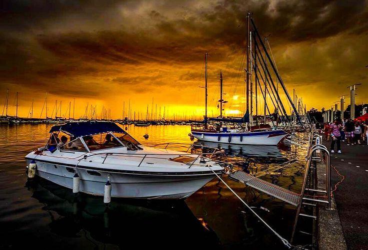 . . Halloween colors!  #halloween #ouchy . . . Suivez mon autre compte Instagram: @fungi_of_switzerland . . . # #sunset #coucherdesoleil #port #vaud #clouds #sun #soleil #bateaux #boats #lausanne  #suisse #schweiz #svizzera #switzerland #swisslife #discoverswitzerland . . .