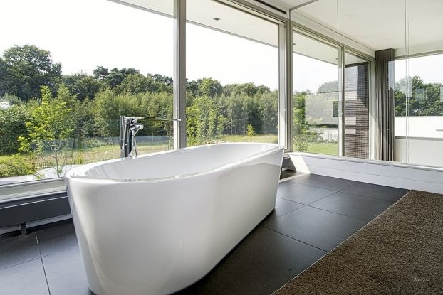 Mooi vrijstaand bad met Dornbracht design kraan vloeren geleverd door MoreFloors
