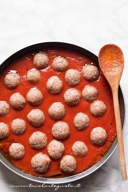 Immergere le Polpette nel sugo e lasciare cuocere - Ricetta Polpette al sugo