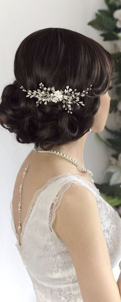 This bridal hair accessory is delicate and refined. Handmade wedding pearl comb ...
