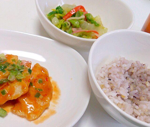 お昼ご飯に☆ - 8件のもぐもぐ - 鶏胸肉のピリ辛ソース、白菜の中華風サラダ、雑穀米 by 0722yuno